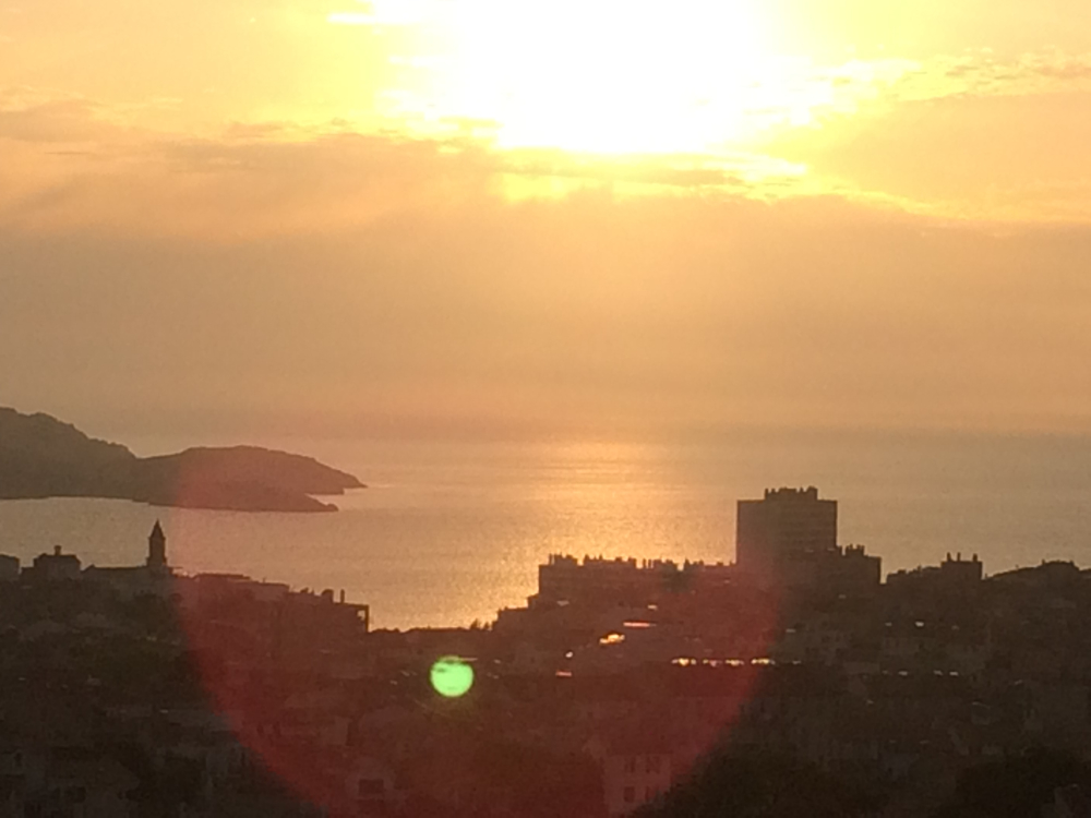 Coucher de soleil sur la mer de marseille hotel cologique belle vue vieux port marseille - Coucher du soleil marseille ...